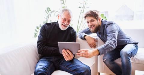 Vader en zoon met een tablet
